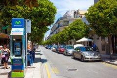 Rue d'Avenida Costa Brava au jour d'été Tossa de mars Photographie stock libre de droits