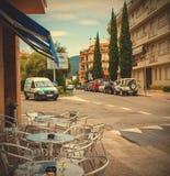 Rue d'Avenida Pelegri dans la ville de Tossa de Mar Photographie stock libre de droits