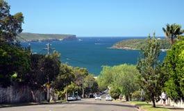 Rue d'Awaba dirigeant vers la plage de Balmoral Entrée de Sydney Harbour avec la tête et les sud du nord image libre de droits
