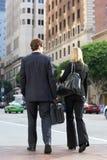 Rue d'And Businesswoman In d'homme d'affaires avec du café à emporter images libres de droits