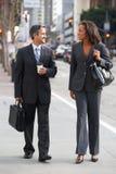 Rue d'And Businesswoman In d'homme d'affaires avec du café à emporter photographie stock