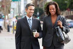 Rue d'And Businesswoman In d'homme d'affaires avec du café à emporter photo libre de droits