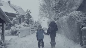 Rue d'hiver de Milou de ville de montagne avec la femme de marche, calamité de neige de village banque de vidéos