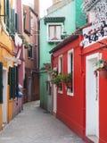 Rue dans Burano photographie stock