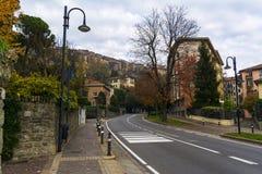 Rue dans la vieille ville à Bergame l'Italie photos stock