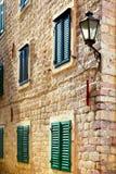Rue dans la vieille ville de Kotor Photographie stock libre de droits