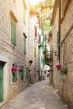 Rue dans la vieille ville de Kotor Photos stock