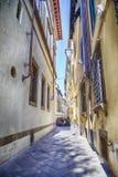 Rue dans la vieille ville Lucques, Italie Photos libres de droits