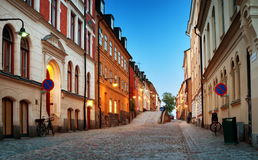 Rue dans la vieille ville Stockholm la nuit Images libres de droits