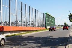 Rue dans la ville construite avec deux types de panneaux limitant le n images libres de droits