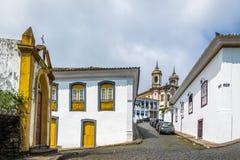 Rue dans la ville d'Ouro Preto avec le sao Francisco de Assis Church sur le backgound - Ouro Preto, Minas Gerais, Brésil Photographie stock