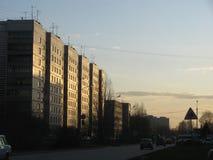 Rue dans le coucher du soleil La Russie, Novosibirsk Images libres de droits