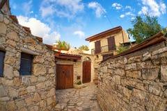 Rue dans le village chypriote traditionnel Lofu Secteur de Limassol, Chypre Photos stock