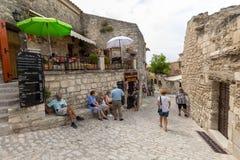 Rue dans le village médiéval de Les Baux De Provence Les Baux est maintenant livré entièrement au commerce de touristes, se fonda images libres de droits