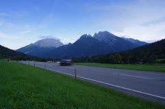 Rue dans les montagnes de la Bavière photographie stock