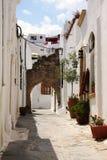 Rue dans Lindos, île de Rhodes photos stock