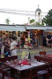 Rue dans une petite station touristique de bord de la mer Photos stock