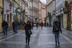 Rue dans une vieille ville de Prague image libre de droits