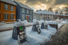 Rue de Baklandet sous la neige Hiver à Trondheim, Norvège image stock