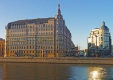 Rue de Balchug et réflexion de rivière de Moscou Photographie stock