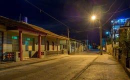 Rue de Baracoa la nuit Cuba Photographie stock libre de droits