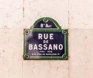 Rue de Bassano - altes Straßenschild in Paris Stockbild