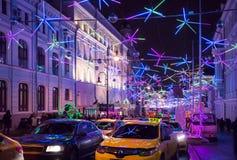 Rue de Bolshaya Dmitrovka à la soirée du Nouveau an Images libres de droits