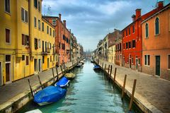 Rue de canal de Venise colorée - l'Italie Images libres de droits