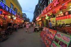 Rue de casse-croûte la nuit Photographie stock libre de droits