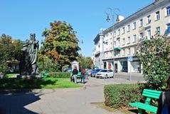 Rue de centre de la ville de Vilnius avec des voitures et des maisons Photo stock