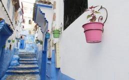 Rue de Chefchaouen avec les pots de fleur colorés, Maroc Photographie stock
