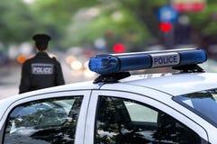 Rue de conduite de service des urgences de policier dans la ville images stock