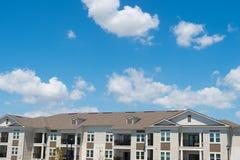 Rue de cottage Louez un appartement Syst?me de s?curit? ? la maison maison sur le contexte ensoleillé bleu de ciel Architecture e photos libres de droits
