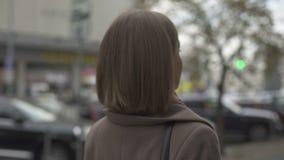 Rue de femme sûre, femelles de marche dans la hâte allant travailler ou la maison, la vie de ville clips vidéos