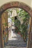 Rue de Fira par la porte d'entrée dans Santorini, Grèce photographie stock libre de droits