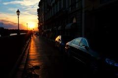 Rue de Florence avec des réflexions sur les machines au coucher du soleil Photo stock