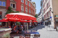 Rue de Graben de touristes à pied à Zurich Images libres de droits