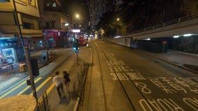 Rue de Hong Kong de nuit, vue de tram d'autobus à impériale Photographie stock