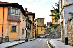 Rue de la ville espagnole de la province d'Oviedo des Asturies Photographie stock libre de droits