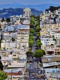 Rue de lombard de forme de vue d'horizon et d'arbres de ville images libres de droits
