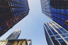 Rue de Lower Manhattan avec des gratte-ciel et des bâtiments historiques Photo stock