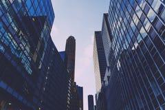 Rue de Lower Manhattan avec des gratte-ciel et des bâtiments historiques Images stock