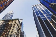Rue de Lower Manhattan avec des gratte-ciel et des bâtiments historiques Images libres de droits