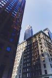 Rue de Lower Manhattan avec des gratte-ciel et des bâtiments historiques Image stock