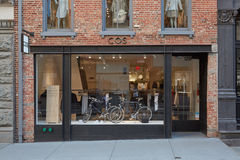 Rue de magasin de Cos au printemps, New York Image libre de droits