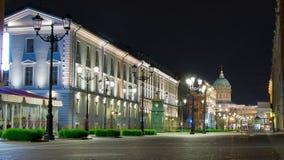 Rue de Malaya Konyushennaya et cathédrale de Kazan la nuit, St Petersburg, Russie photographie stock libre de droits