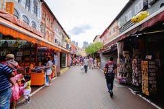 Rue de marche dans Chinatown, Singapour Images stock