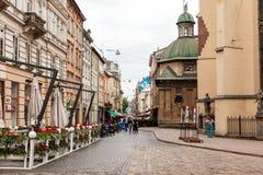 Rue de marche dans la vieille ville Photographie stock libre de droits