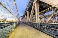 Rue de marche dans le pont de Manhattan image libre de droits
