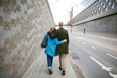 Rue de marche de ville de jeunes couples heureux tenant des mains dans l'amour Image libre de droits